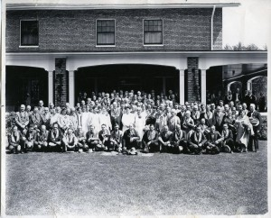 Group_photo_in_front_of_El_Escalante_hotel